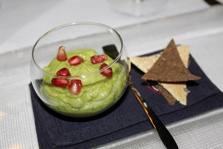 Nuestra versión de guacamole con perlas de granada, nachos artesanos de centeno anisado y mazorca tostada.