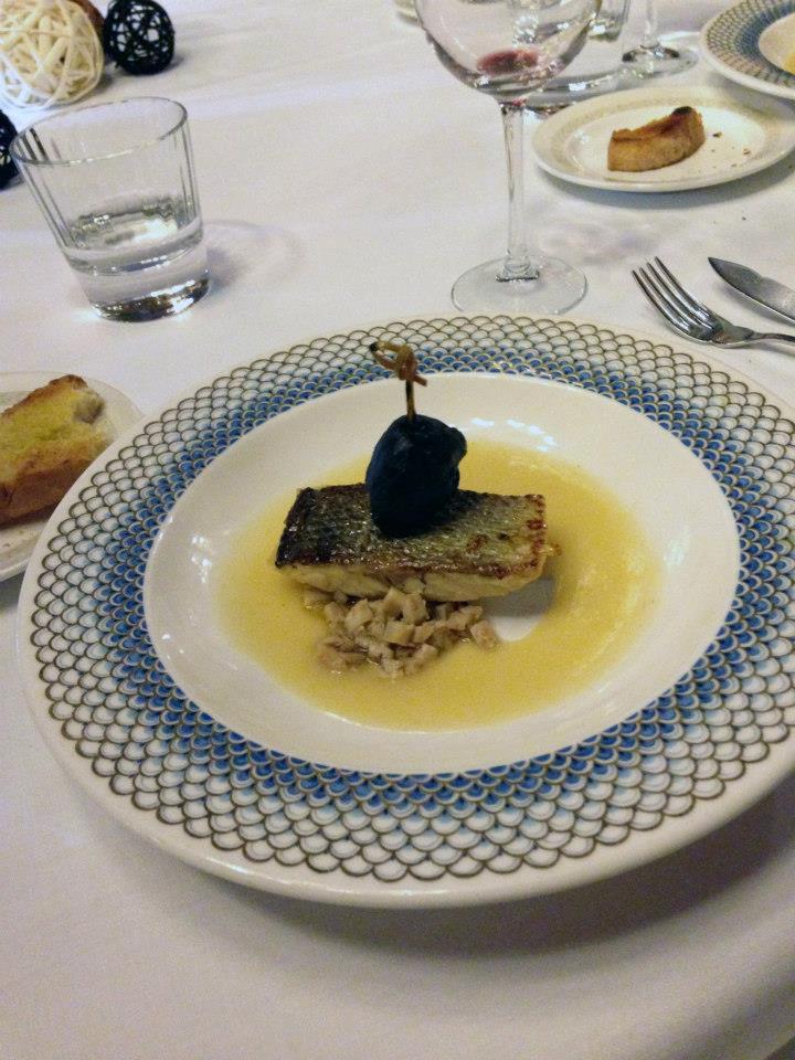Lomo de lubina reposada sobre ragout de cabeza de pulpo y crema ligera de vegetales de la vega granadina.