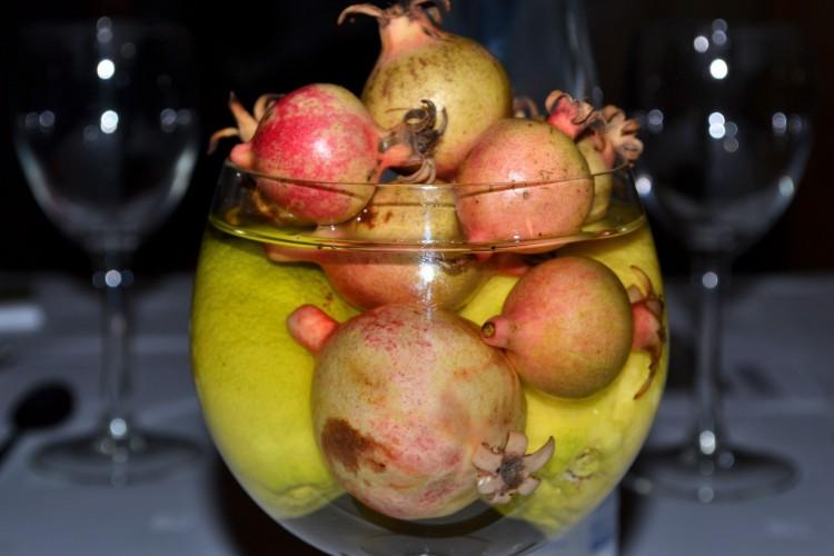 Centro de mesa realizado con productos naturales: limones y granás
