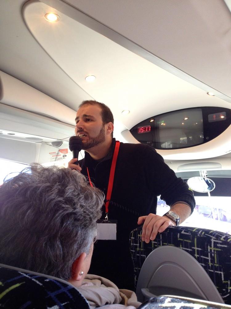 Jesús Torres cantando en el autobus